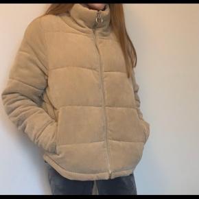 Mega fed jakke. Dog syntes jeg den er lidt for stor til mig. Kan passes af størrelse S - M