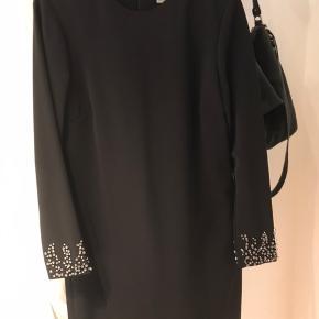 Brugt 2 gange. Din kjole i flot snit med lynlås i ryggen og i blødt lidt stretchy materiale. Handler TS!