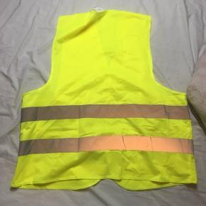 Trafikvest i neon gul med velcro luk. Man bruges af både mænd og kvinder. Afhentes i Århus eller sendes med dao.