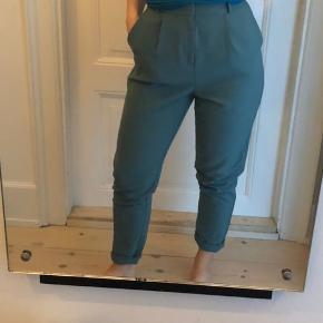 Fine højtaljede bukser i smuk støvet blågrøn farve.  Aldrig brugt.