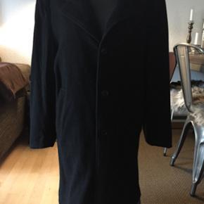 Sort, brugt men god frakke af 75% Uld..  Fin stand med bortset fra, at lidt af foret har været gået i syningen - derfor den billige pris. Syet sammen igen og selve frakken er i rigtig fin stand..