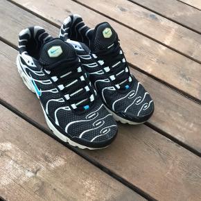 Fede Nike Air sneakers i str 36,5. Der er lidt brugsspor rundt omkring(se billeder) men men huller el betydelig slid. Og de er ægte!