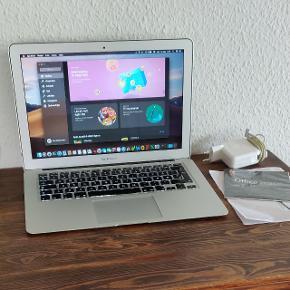 """MacBook Air 13"""" model A1466. I meget pæn og velholdt stand. Opdateret til os x Mojave. Desuden er der installeret Microsoft Office på den. Med lynhurtig Intel i5 processor, 4 GB RAM, 128 GB SSD harddisk, indbygget WiFi, Bluetooth, FaceTime kamera og mikrofon. Ligeledes med baggrundsbelyst DK tastatur.  Nulstillet, opdateret med aktuelle opdateringer og klar til brug.. Er nærmest som ny med kun enkelte mindre ridser og en lille skramme på kanten af låg/skærm. Derudover er den i virkelig flot stand med meget lang batterilevetid og næsten lydløs i brug, hvilket gør den velegnet til både hverdag og studie..  Der medfølger original Apple Magsafe oplader og original kvittering. Købt fra ny i foråret 2014 og ikke brugt meget 😋"""