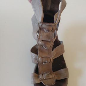 De kendte populære galdiator sandaler fra Gidigio, str. 39. De er i det blødeste skind man kan tænke sig, - fantastisk pasform - og bare så skøn. Jeg har sat dem til slidt, - da de er brugt flittigt, - men de kan sagtens klare en sæson mere, - og det er mest på indersål og bunden man kan se at de er brugt.