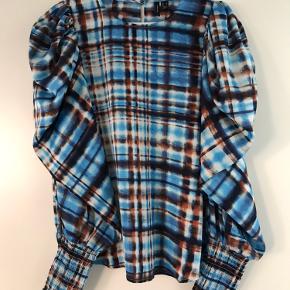 Fin bluse/skjorte fra VM str S med puf ærmer og rib kant på ærmer  Flot blå farve med orange :) Stort set aldrig brugt!