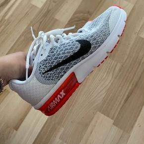 Nike sko i farven hvid og rød. Er kun brugt et par gange. Str 36,5.