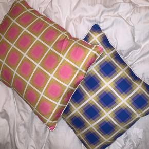 Nomess Contrast Cushions   Det er puder! Ikke kun pudebetræk!  300 for begge. Ellers er bud selvfølgelig velkommen  Den blå måler: L/ 45 / W: 45 cm Den Lyserøde måler: L: 55 / W: 40 cm