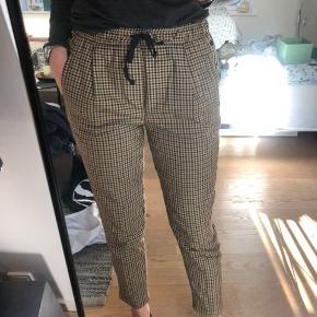 Jeg sælger bukserne i både størrelse small og medium. På billedet har jeg dem på i størrelse medium.