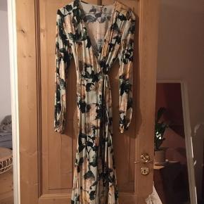 Overvejer at sælge denne smukke slå-om-kjole fra h&m, kan også bruges åben!