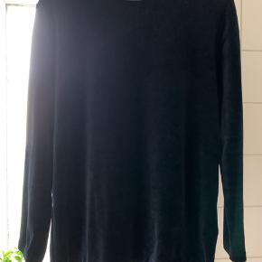 Helt mørkeblå, næsten sort velour bluse med COS.  Brugt 3-4 gange