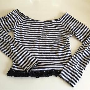 Varetype: Bluse Størrelse: 12 år Farve: Sort og hvis Oprindelig købspris: 350 kr.  Rigtig fin top i lækkert blødt stræk stof, brugt få gange og fejler intet:-)    Bytter ikke og prisen er fast