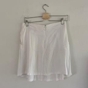 Super fin hvid nederdel, der dog har tegn på slidtage i stoffet da den er brugt meget. Skriv for flere billeder. Er ikke sikker på str. men vil sætte den til en s/ lille M :)