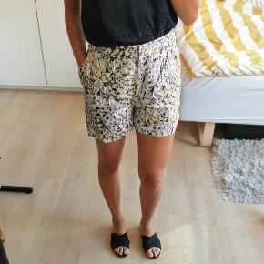Mønstrede shorts fra Lala Berlin i grå, lyseblå, sort og gul mønster. De har lommer i siderne. Synes de er lidt store i størrelsen  #Secondchancesummer