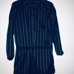 Rigtig fin og lækker kjole fra Black Lily. Købt for næsten et år siden, til 349,- 💛 Sælger den til 40 kr + evt fragt.  GMB, i den pæne ende!