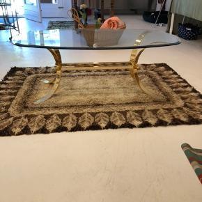 Det mest fantastiske italienske ellipsebord fra 70'erne.  Stellet er i massiv messing og bordpladen er i glas med facetslebet kant.  Her er tale om liebhaveri i verdensklasse. I topstand og uden skader og lignende.  Længde 139cm Bredde 80cm Højde 50cm