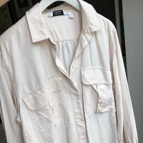 Fin skjorte i nude-farvet. Brugt et par gange og i pæn stand :)