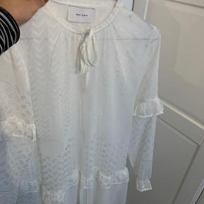 Sød kjole i hvid med fine detaljer Brugt en gang  Kan bruges som kjole eller som tunika
