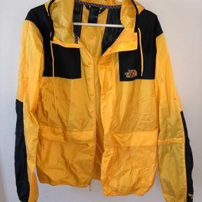 Sælger denne jakke da jeg ikke bruger den mere og den er maks brugt 30 gange. Den kan bruges af både piger og drenge.