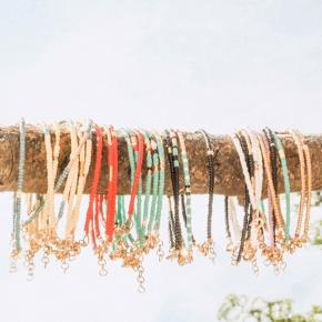 NATIVO JEWELRY   Håndlavet smykker af seed beads i højeste kvalitet. Vedhæng, lås samt guldperler er sterling sølv belagt med 24 karat guld.   Mål: Armbånd laves i str. 15,4-18 cm  Tjek også annoncerne for choker/halskæder, custome design/mål kan bestilles.  Tags: perlearmbånd, perlechoker, choker #trendsalesfund