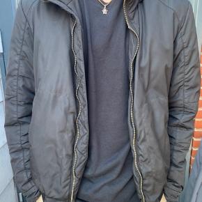 Størrelse 52 tilsvarende L-XL Super fed jakke købt i deres butik i Tyskland Der følger pose med  Sat ned fra 2299kr