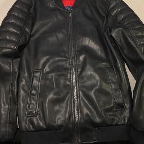 Varetype: Jakke Farve: Sort  Super Fed jakke i blødt læder look ( ligner meget og følelsen også tæt på) Ingen brugs spor. Fine detaljer og med blå for.