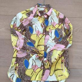 Skjorte, købt i Paris. Nyprisen er 699,-  Den er aldrig blevet brugt.  Stor i str, så kan også sagtens passes af en M.  PRISEN ER FAST