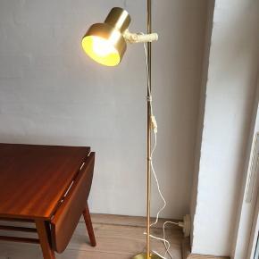 Svensk design i topklasse får du her med denne messinglampe fra 1969. I uhyre flot stand og uden buler. Højde 132cm
