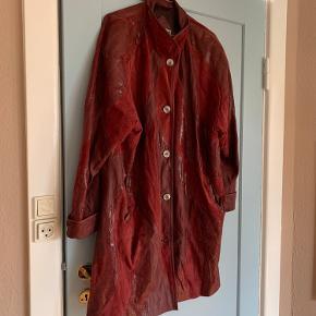 Vintage læderjakke i smukt og smidigt læder med fede patchwork-agtige detaljer af rødt læder med forskellig struktur. Kan bruges oversize.