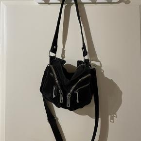 Lynlåsen til det store rum er gået i stykker, og tasken kan derfor ikke lukkes ordenligt. Udover det er der en lille plet på taskens ene forlomme, men det er ikke noget som ikke kan vaskes af.