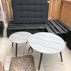 Loungeborde fra Jysk i grå. De er kun en måned gamle og fejler ingenting. Kan afhentes i Brøndbyøster