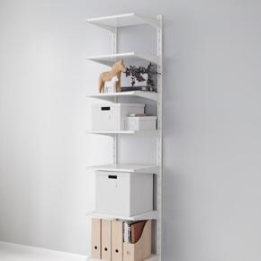 Super fedt, næsten nyt ALGOT-hyldesystem fra IKEA. Det har kun været brugt et halvt år, og har ingen synlige spor af brug. Der er tre skinner, fem hylder og en bøjlestang, har desuden ekstra hyldeknægte.  Er åben for handel