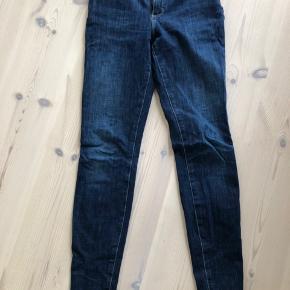 Mørkeblå skinne jeans i str. 28/32 fra Wrangler. De er lidt små i størrelsen og passer derfor mere en 27/32. Ingen tegn på slid.