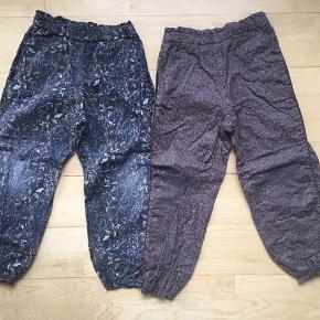 2 par foret bukser med elastik i taljen og ved anklerne. Str. 110/116. Begge bukser har ingen huller eller andet, men farven er slidt af på knæene. Udmærket til ude/børnehavebrug.