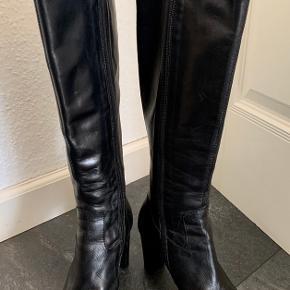 De smukkeste støvler fra APAIR - str 38, brugt 1 aften, så de er som nye. Ny pris 2500kr