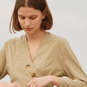 Betty Mini Check Yellow fra Boii Studio.  Klassisk firgur syet kjole med bindebånd i taljen. Kjolen er fremstillet i vores små-ternede print. Super fin, kun brugt få gange:)