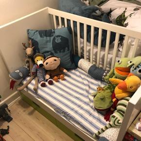 Meget lækker seng/sofa fra IKEA model STUVA m. 2 skuffer. Sengen kan indstilles i 3 højder, så den kan bruges fra baby og til større børn som kan bruge den som seng/sofa.   Den er næsten ikke brugt, men har bare stået til pynt. Da min søn ikke har sovet i den.  Nypris for sengen er 1450,- dertil kommer en madras, son ligeledes er som ny, til nypris på 600,-   Der er desværre kommet en rids på endegavlen, det er malet. Se billede.  Fra røg og dyrefrit hjem.