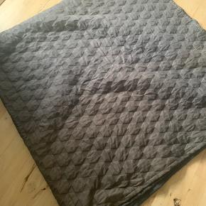 Hay Polygon sengetæppe i farven Charcoal. I den ene ende af tæppets mørke side er der et område som er blevet lysnet af solen. Har forsøgt at fange det på billedet. Derfor den billige pris.  Mp 250 pp.  Mål 260x260  Fra dyr- og røgfrit hjem.
