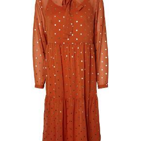 Pieces kjole i rust orange med guld prikker. kommer med en underkjole. næsten som ny. str s.