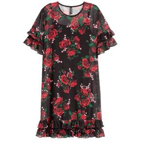 Fin mesh-kjole med flæser fra h&m. Kjolen har en inderkjole, der er tætsiddende. Den har kun været brugt en gang til en barnedåb, så standen er stort set som ny. Prisen er fast og er uden fragt 🌹