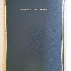 """To Byer af Charles Dickens, bind 1 i serien store fortællere (bind 2 kan købes i anden annonce) fra 1859. Romanen """"To Byer"""" blev skrevet i 1859, hvis handling foregår i Paris og London i tiden før og under den franske revolution. Verden over har romanen solgt sig i over 200 millioner eksemplarer og er derved den bedst solgte roman nogensinde.  Bogens tilstand er gammel og slidt, dog er siderne hverken krøllet eller lignende og har et simpelt, vintage udseende. Førdte bind indeholder to bøger: Første bog: Kaldt tilbage til livet (side 11-70) og anden bog: Den gyldne tråd (side 71-244) (fortsættelse af anden bog findes i bind 2)"""