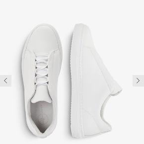 Egentlig kun brugt få gange, men har fået nogle få brugstegn.   En klassisk og behagelig sko i hvid læder.   NOTE: Jeg bytter ikke, men kom gerne med et bud hvis du er interesseret :)