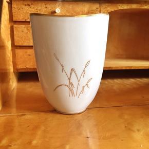 Oval porcelænsvase med guld. H 18cm.  Se også mine mange andre sager. Jeg giver gerne mængderabat.  . #porcelænsvase #retrovase #vintagevase #vasemedguld #trendsalesfund