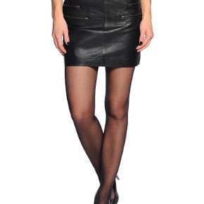 Varetype: Skirt Farve: Sort Oprindelig købspris: 1000  Lækker nederdel med lynlåse foran.   Style: Noa