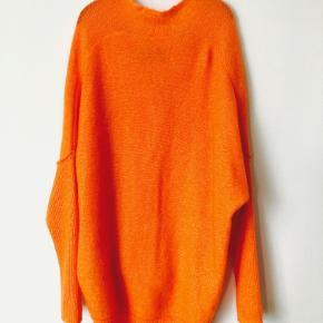 Super flot lækker sweater fra By Malene Birger i en skrigende orange. Ekstra længde på ærmerne.  Brystvidde, fra armhule til armhule: ca 69 cm x 2 Bredde forneden, fra side til side: 61 cm x 2 Længde, fra skulder til bund, fortil: ca 77 cm Længde, fra skulder til bund, bagtil: ca 84 cm
