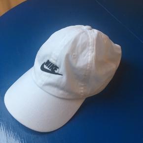 Hvid kasket cap fra Nike. Lidt misfarvning inden i, ikke noget der kan ses når den er på :)