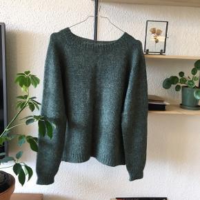 """Flot """"ingen dikkedarer"""" sweater fra Petite Knit i super god stand. Den er strikket i Filcolana garn - arwetta (merinould) og tilia (silkemohair) 🌻  Garnprisen var over 600 kr"""