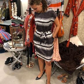 Flot kjole sælges Str. 38 Sender gerne