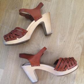 Smukke, smukke Swedish Hasbeens!  Sandaler med hæle i træ og læder. Købt herinde, men desværre for små og smalle til min fod. Disse er str. 39, og svarer hertil (jeg bruger egt. 40, men satsede 😅). Øv øv - de må videre ... De er brugte, men rigtig fine 👍🏻 Og nemme at gå i 🌞