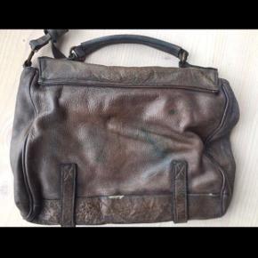 Vera Pelle -taske. Lækker blød lædertaske -den er købt i Italien -og det slidte udtryk har den haft fra ny. Tasken er brun med et grønlige slidt skær nogle steder. Den er brugt få gange og ser ud som da den blev købt.  Kommer fra røg og dyre frit hjem