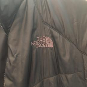 Sælger denne fede the north face jakke. OBS : der er Ingen lynlås dsv, den er på mystisk vis faldet af. Men der kan nemt sættes en ny på